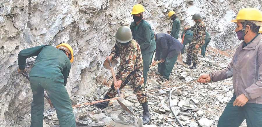 शहीद मार्गमा कडा चट्टान फोर्दै नेपाली सेना