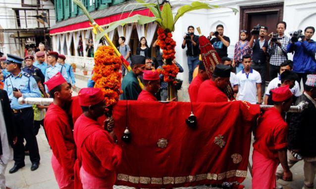 दशैँघर र पूजाकोठामा भित्र्याइयो फूलपाती