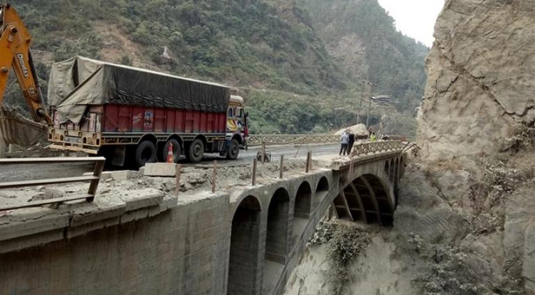 नारायणगढ मुग्लिन सडकमा पुल निर्माण धमाधम