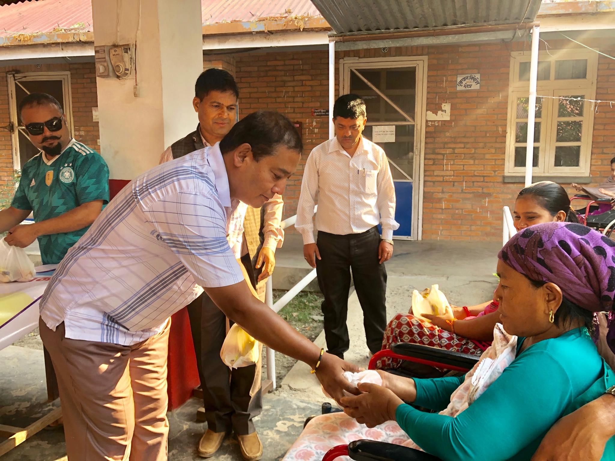 नेपाल प्रेस युनियनद्वारा विरामीहरुलाई फलफूल वितरण