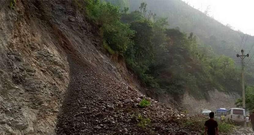 लगातारको वर्षाले ग्रामीण सडक अवरुद्ध