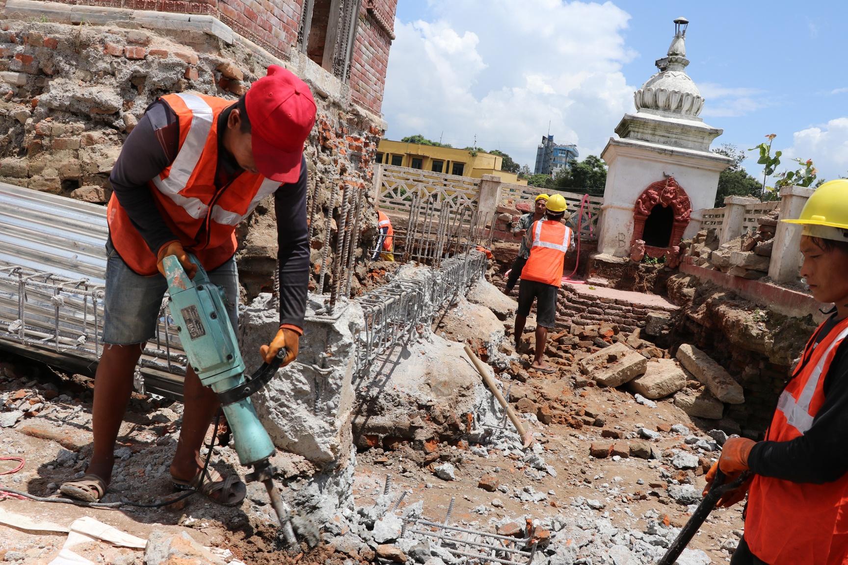रानीपोखरीको बालगोपालेश्वर मन्दिरको शिखर शैलीमा पुनर्निर्माण सुरु