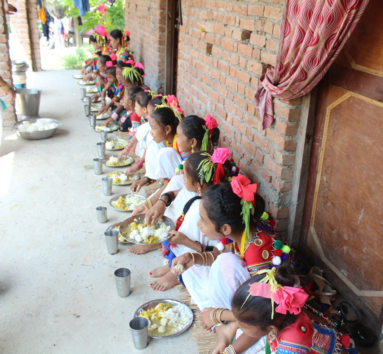 सखिया नृत्यका सहभागी भोज खाँदै