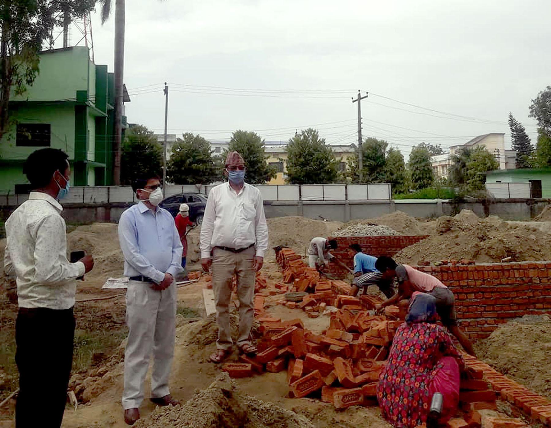 मुख्यमन्त्री भट्टद्वारा निर्माणाधीन 'कोरोना वार्ड भवन'को निरीक्षण