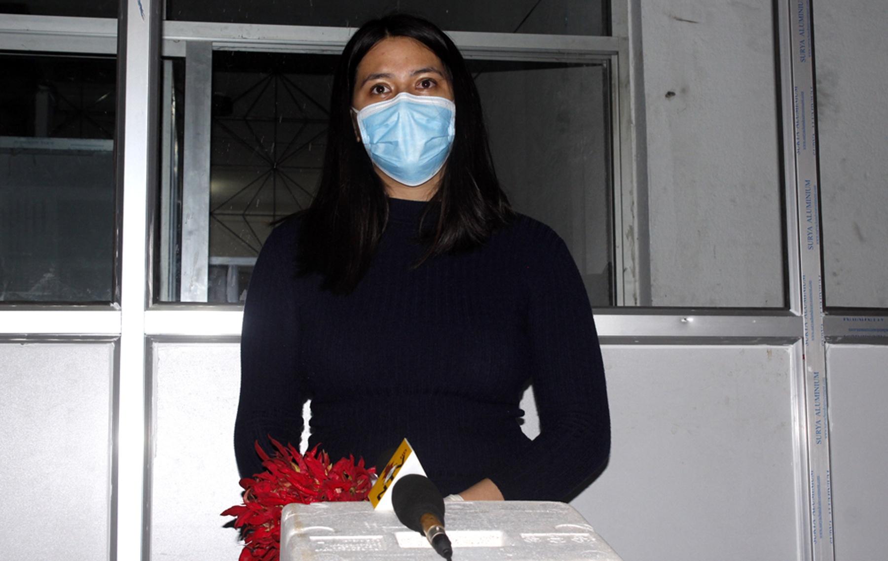 काेरोना निको भइ एक युवती घर फर्किन