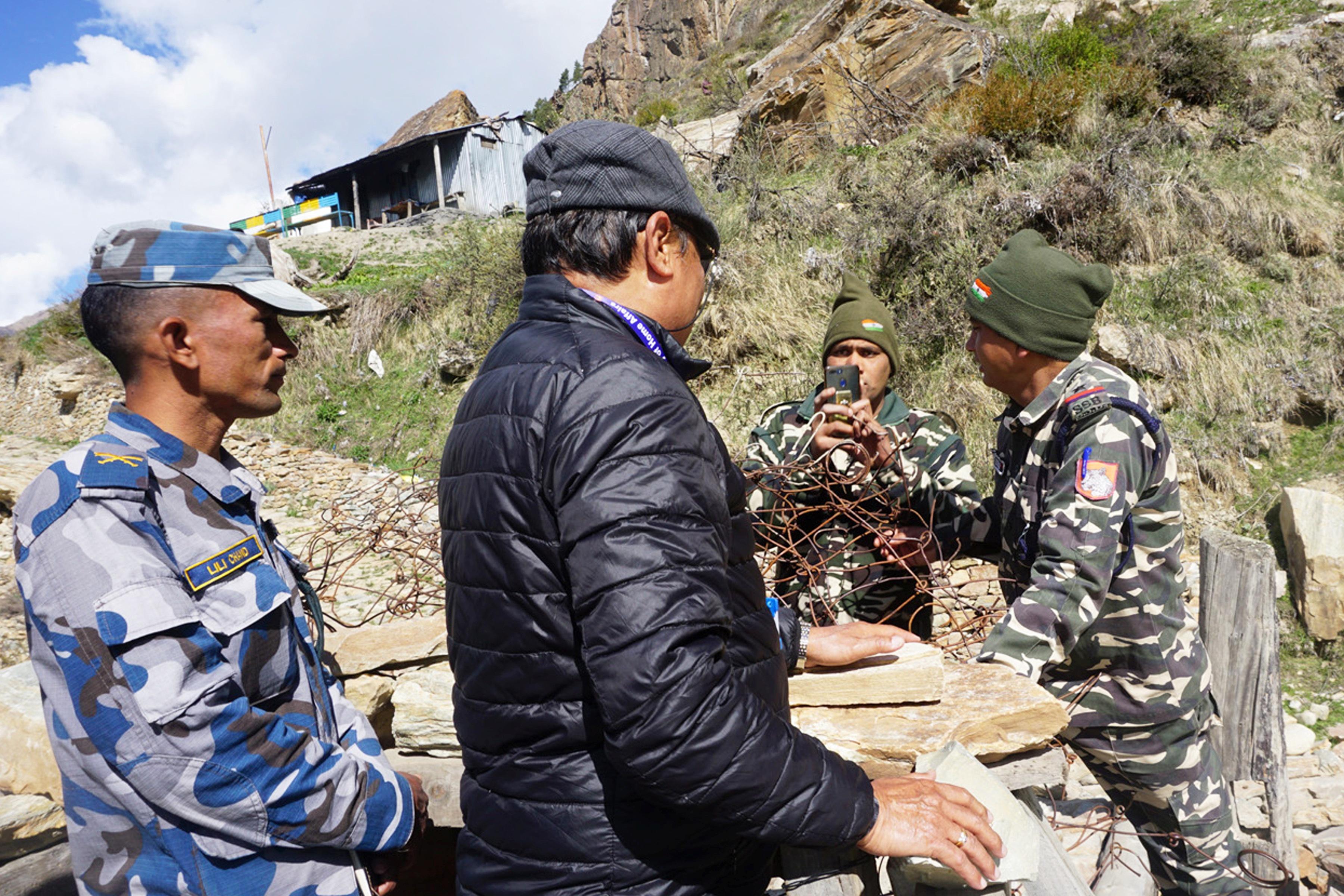 नेपाल–भारत सीमा जोडिएको महाकाली नदीमाथिको काठेपुलमा दुवै देशका सुरक्षाकर्मी