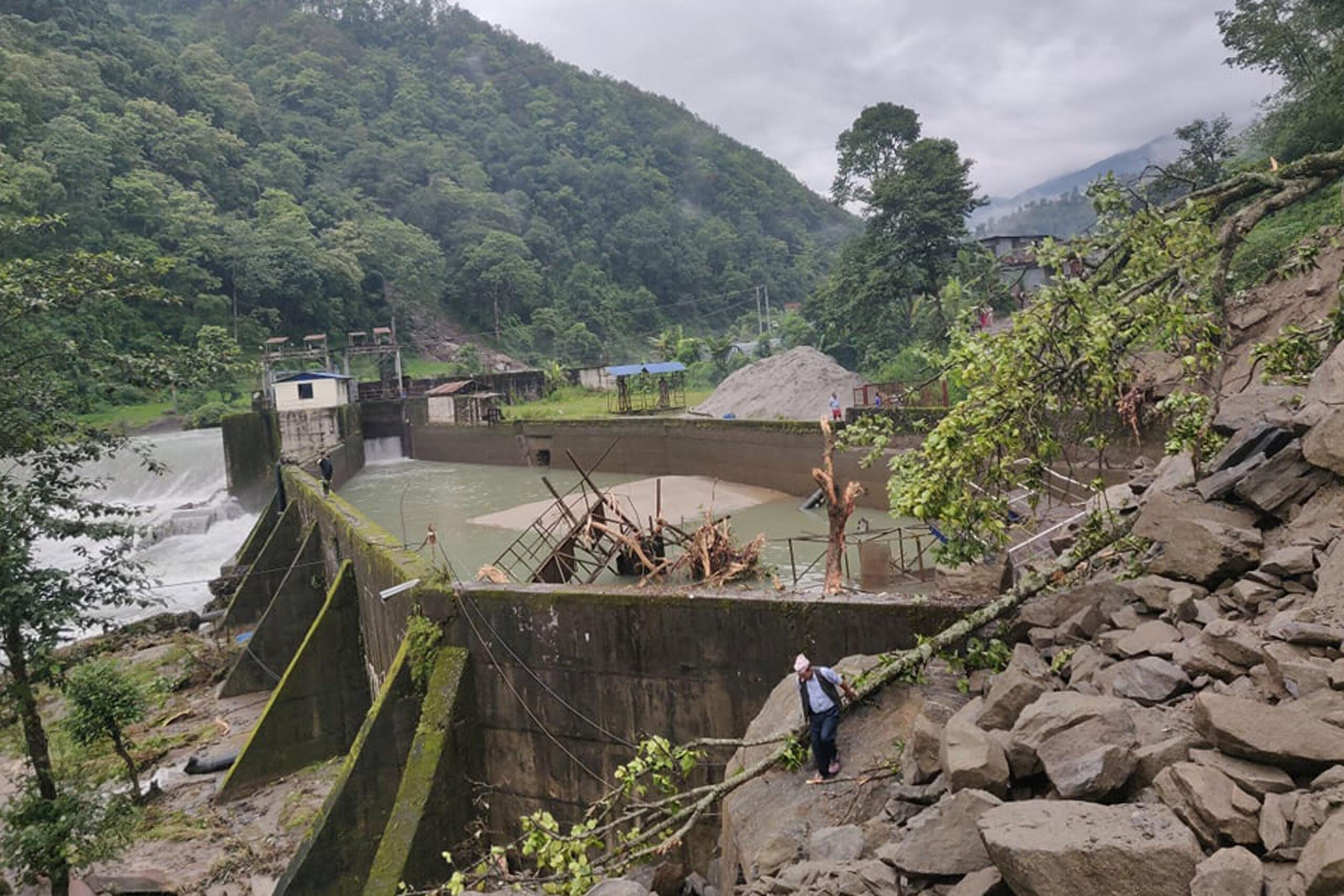 जलविद्युत् आयोजनामा भीषण पहिरो, मानव बस्तीसमेत जोखिममा