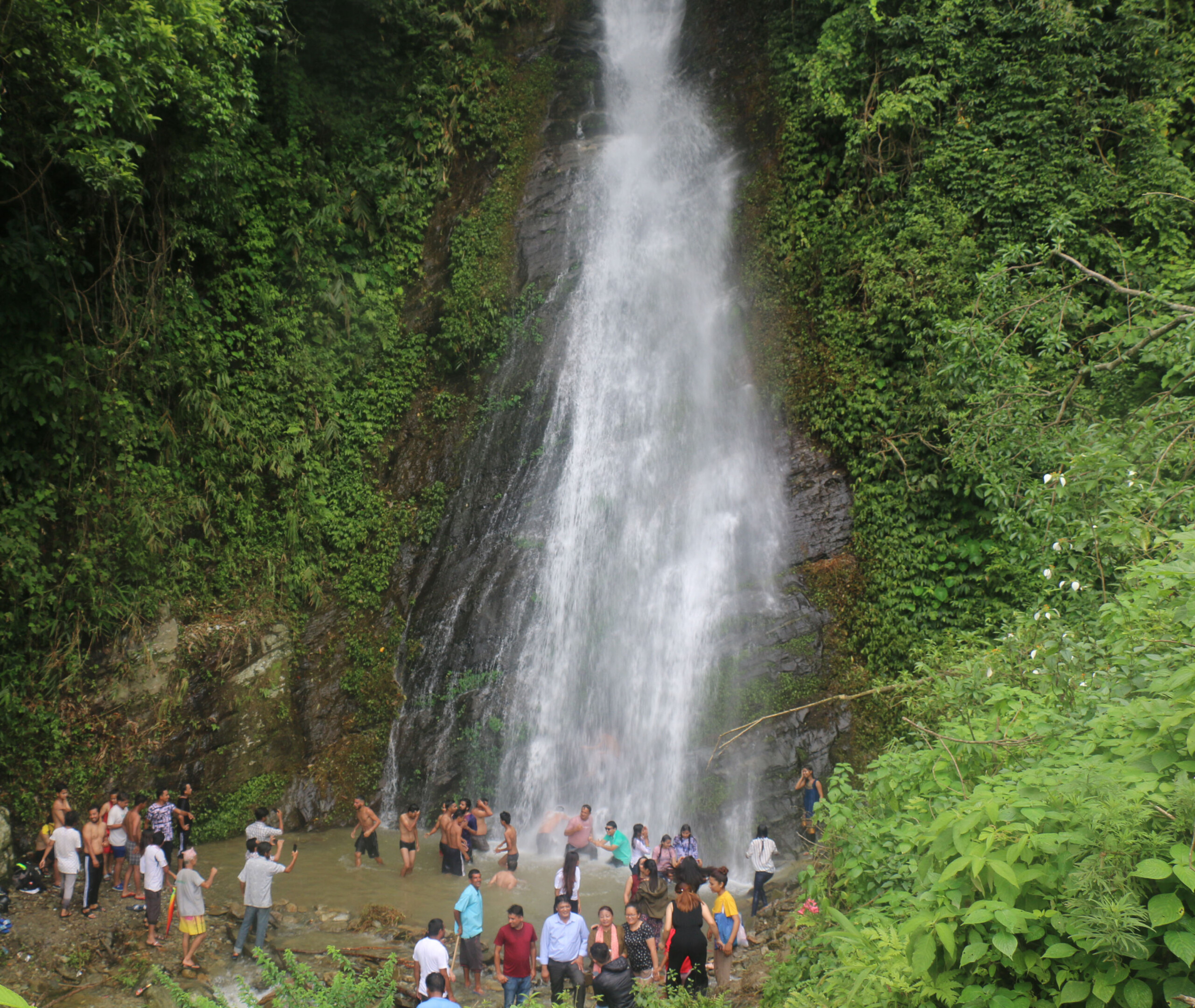 पर्यटक तान्दै माझठानाका झरना