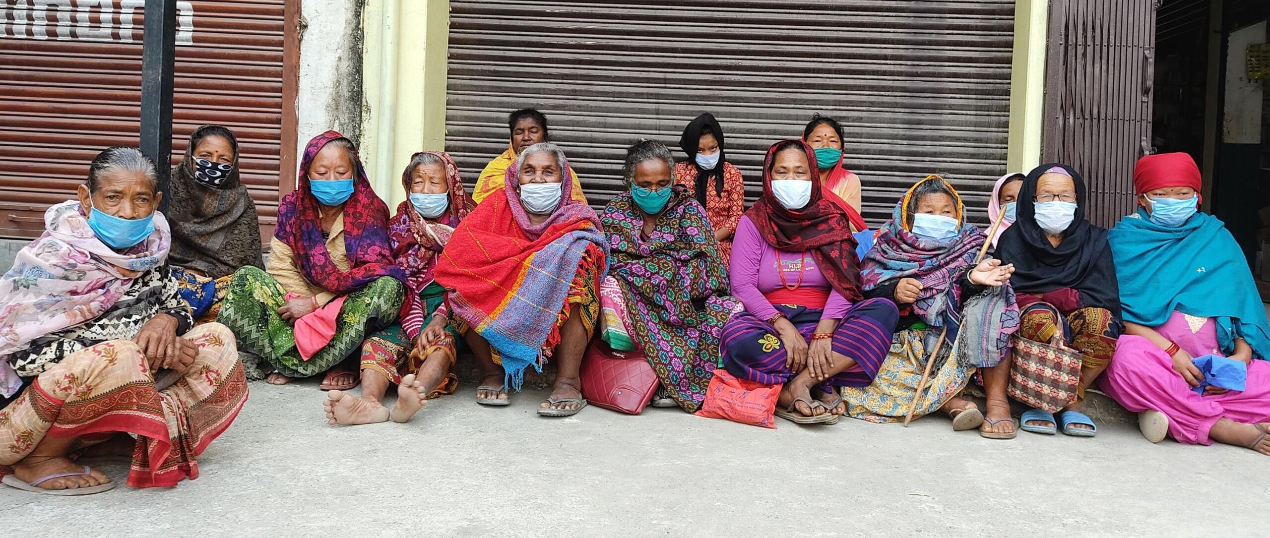 भत्ता बुझ्न  बिहानैदेखि बैङ्कको ढोका कुर्दै ज्येष्ठ नागरिक